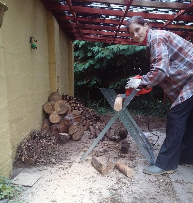 pečovatelka řezání dřeva